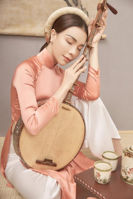 Nữ ca sĩ tiết lộ giữa nhịp sống hiện đại hối hả, áo dài mang ý nghĩa đặc biệt với mỗi người Việt Nam, tôn lên nét duyêncho người mặc, và tôn vinh những giá trị truyền thống văn hóa từ xa xưa.