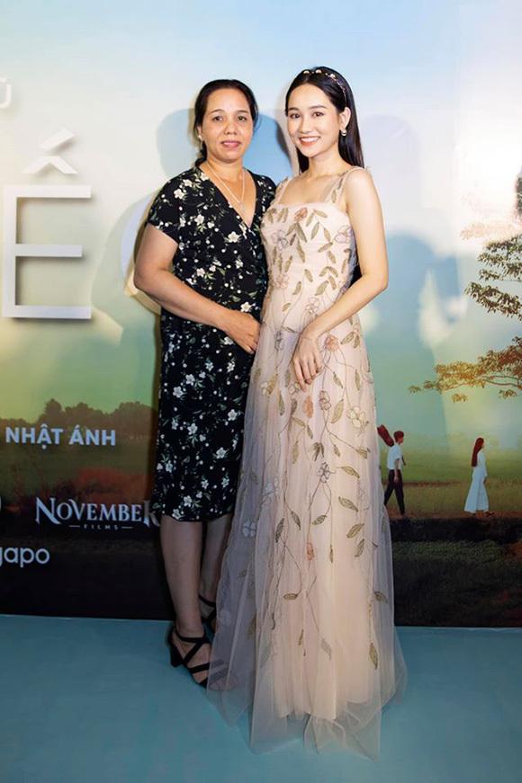 Trúc Anh và mẹ tại buổi ra mắt phim ở Sài Gòn.