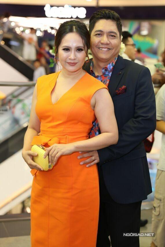 Đức Thịnh tình tứ ôm eo vợ trong một sự kiện hồi tháng 9.