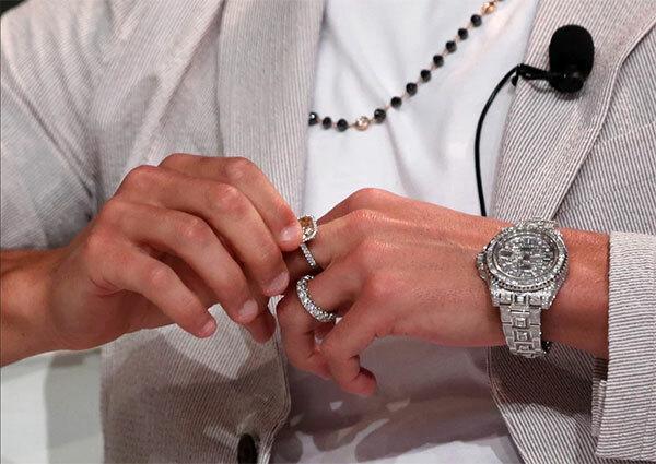 Ở ngón áp út, C. Ronaldo cũng đeo một chiếc nhẫn nạm kim cương 50.000 bảng. Siêu sao Bồ Đào Nha còn đeo đồng hồ Rolex GMT-Master Ice được coi là đắt nhất thế giới với giá 380.000 bảng.