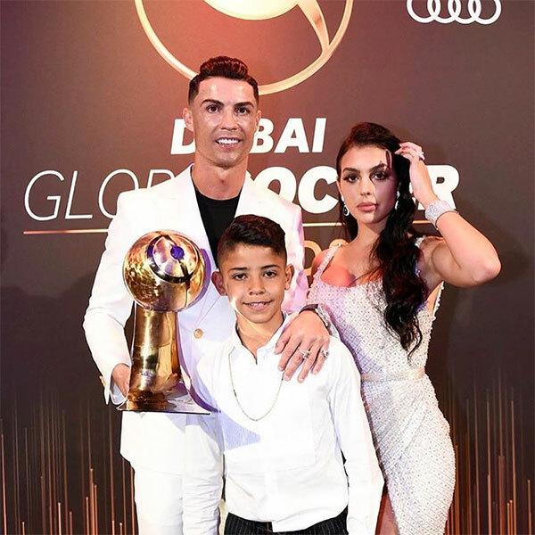 Trong lễ trao giải, chân sút Juventus nhận giải Cầu thủ nam hay nhất năm. Bạn gái Georgina Rodrigez và cậu con trai lớn Cristiano Jr tới buổi lễ chia vui với CR7.