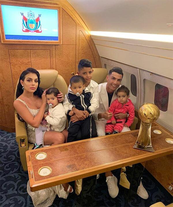 C. Ronaldo mừng giải thưởng bên người tình và các con. Siêu sao Bồ Đào Nha cùng gia đình sang Dubai nghỉ mát đóng Giáng sinh từ cuối tuần trước và rời đi sau lễ trao giải.