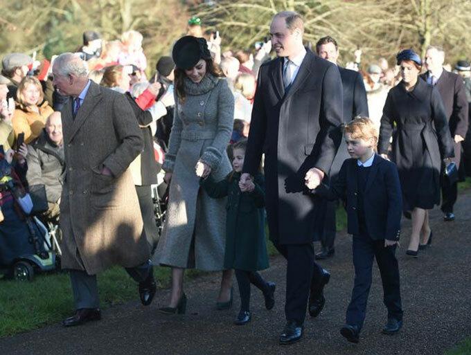 Thái tử Charles cùng vợ chồng Hoàng tử William -Kate Middleton và hai con George, Charlotte, dẫn đầu hoàng gia tiến vào nhà thờ ở Sandringham hôm 25/12. Ảnh: PA.