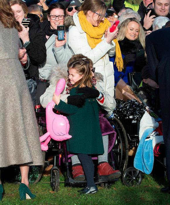 Công chúa Charlotte ômGemma Clark đến từLong Sutton ở hạtLincolnshireở Sandringham hôm 25/12. Ảnh:PA.