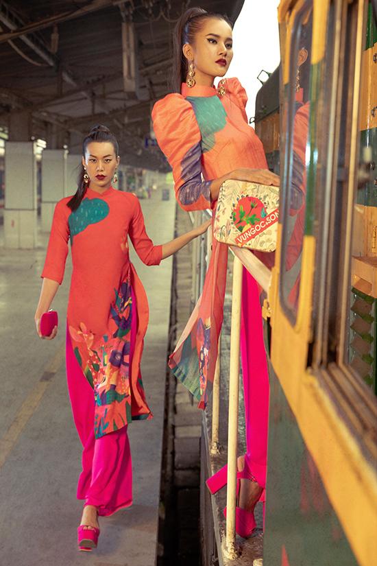 Những gam màu rực rỡ như đỏ, hồng tượng trưng cho sự may mắn, gam xanh lá, xanh dương mang ý nghĩa sung túc, ấm no và tràn đầy hy vọng được hoà trộn đầy ngẫu hứng.