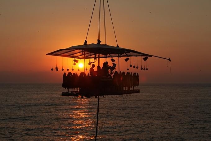 Không ít người nổi tiếng chọn Dinner in the Sky để tổ chức sinh nhật, cầu hôn. Đây cũng là một trong những điểm ngắm hoàng hôn đẹp nhất ở Dubai.
