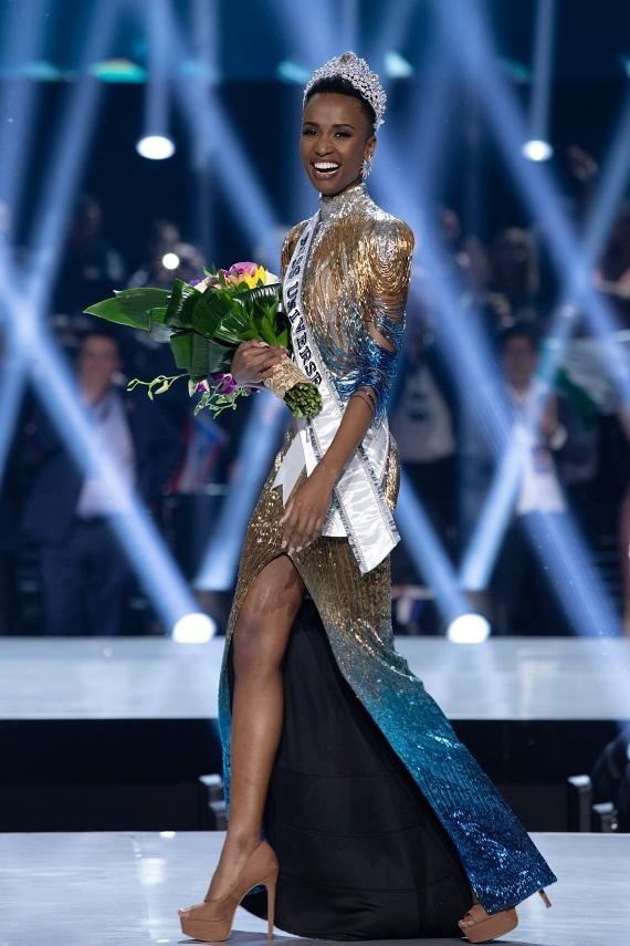 Zozibini Tunzi - hoa hậu Nam Phi - vừa đăng quang Miss Universe vào hôm 8/12. Cô sở hữu làn dakhoẻ khắn, mái tóc cá tính. Dùnhận nhiều lời kỳ thị và phân biệt chủng tộc, Zozibini luôntin vào vẻ đẹp riêng của mình: Phụ nữ đa diện giống như cầu vồng. Chúng ta đến trong mọi hình dáng, kích cỡ và sắc thái khác nhau. Một điểm chung của chúng ta là sự mạnh mẽ và tất cả chúng ta đều là nữ hoàng.