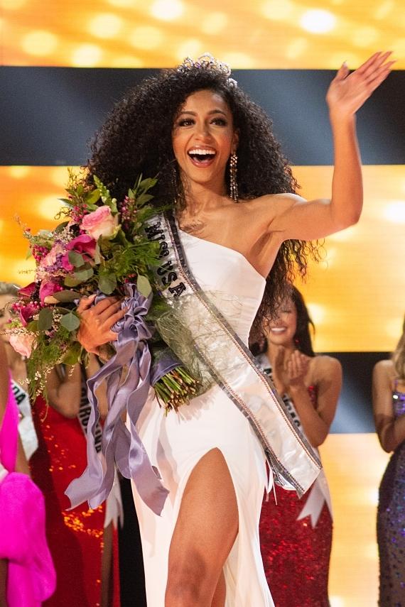 Cheslie Kryst sinh năm 1991, đến từ bang North Carolina đã đăng quang Miss USA 2019 hồi tháng 5. Nữ luật sưsở hữu mái tóc xùvàlà thí sinh lớn tuổi nhất giành chiến thắngtrong lịch sử Miss USA.