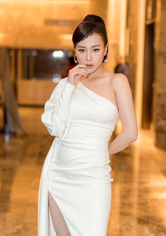 Trong phim Cô gái nhà người ta, Phương Oanh đảm nhận vai nữ chính - một cô giáo thôn quê nguyên tắc, cứng nhắc, luôn đặt các luật lệ lên hàng đầu. Nữ diễn viên chấp nhận tự làm xấu bản thân, mua nhiều quần áo quê mùa để vào vai này.