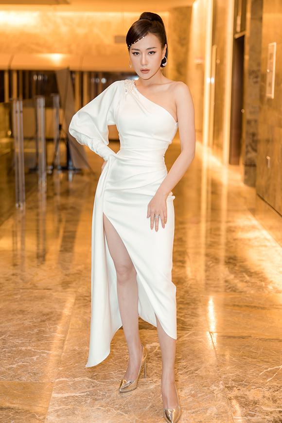 Nữ diễn viên cho biết, cô rất mệt mỏi vì đau bụng, mất nước nhưng vẫn cố gắng xuất hiện với thần thái rạng rỡ nhất có thể. Người đẹp diện váy của nhà thiết kế Nguyễn Hà Nhật Duy.