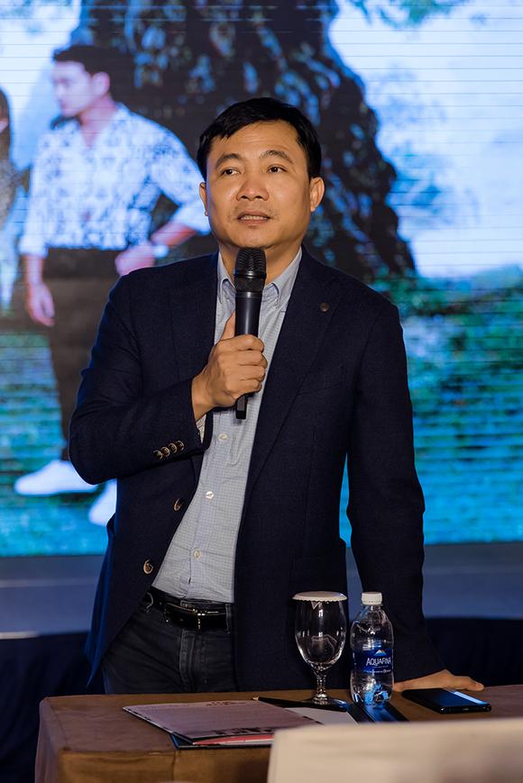 Đạo diễn Đỗ Thanh Hải, giám đốc VFC, đánh giá cao những hy sinh mà Phương Oanh dành cho bộ phim.Anh tâm sự, nữ diễn viên luôn trăn trở làm thế nào để thoát khỏi vai 'Quỳnh búp bê nên ở phim mới, cô chấp nhận làm xấu mình để phù hợp với tạo hình cô giáo vùng quê.