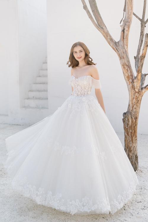 Bộ sưu tập váy cướiđược lấy cảm hứng từ đóa hoa xuân đua nở trong tia nắng sớm mai. Phong cách chủ đạo mà các thiết kế hướng đến là sự thanh lịch,cổ điển pha trộn néthiện đại.