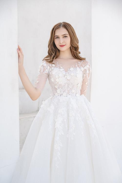 Váy có phom dáng A xòe nhẹ, điểm họa tiết hoa 3D dọc thân.