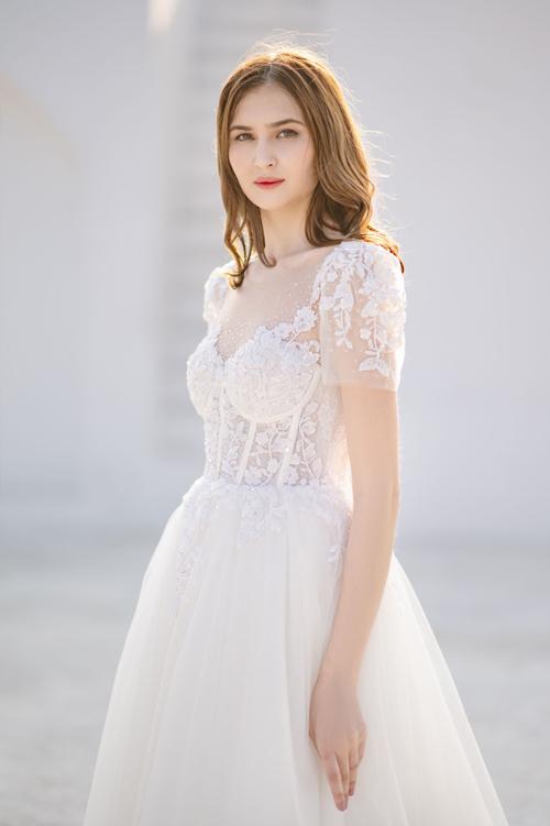 Kỹ thuật đính kết đá, tạo hình hoa văn tinh xảo được áp dụng,giúp cô dâu hóa thân thành nàng công chúa cổ tích giữa đời thực khi diện váy cưới.