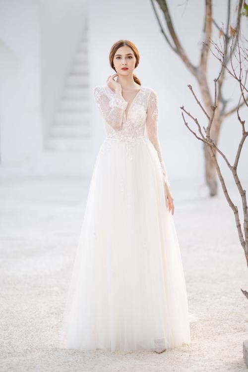 Sự xuất hiện của những đóa hoa trên nền vải trắng tinh giúp mẫu váy đậm chất thơ, nhẹ nhàng và nữ tính.