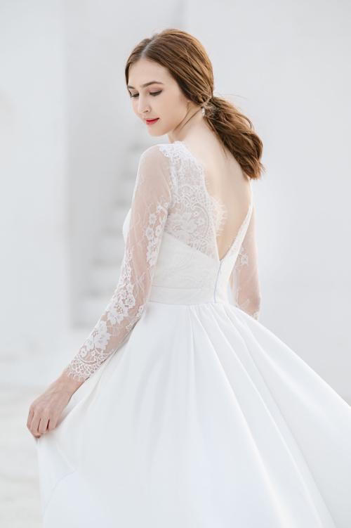 Mặt lưng váy có khoảng hở, giúp thu trọn ánh nhìn từ mọi góc độ. Tay ren dài giúp thân hình của cô dâu thêm mảnh mai, thon gọn.
