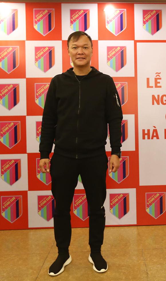 Cựu thủ môn Dương Hồng Sơn gắn bó với đội bóng từ những ngày đầu thành lập. Khi V-Stars chưa có nhiều tài trợ, anh và bà xã đã dành tặng 100 triệu đồng để ủng hộ cho các hoạt động thiện nguyện do nhóm khởi xướng.