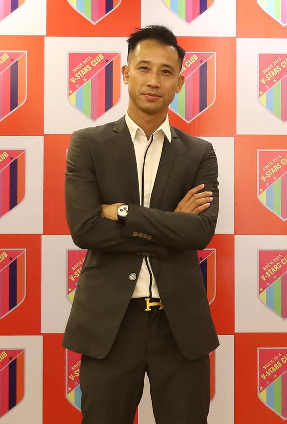 Cựu trung vệ Phạm Như Thuần gắn bó với đội bóng của NSND Hoàng Dũng nhiều năm nay. Tại sự kiện tối qua, anh cũng tham gia đấu giá một số món quà để gây quỹ từ thiện cho nhóm.
