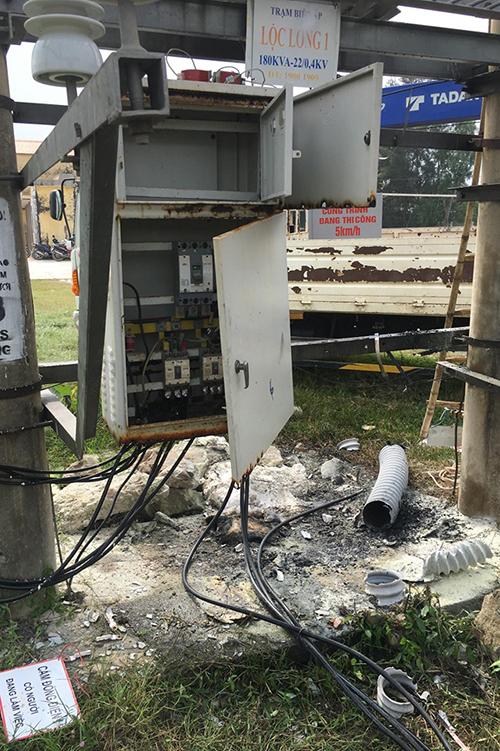 Trạm biến áp hư hỏng nhiều thiết bị sau khi bị Nghĩa đốt trong cơn ngáo đá. Ảnh: Hà Thương