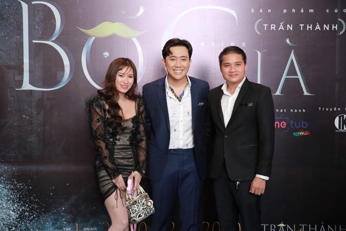 Đại diện nhà tài trợ Charme Perfume tới chia vui cùng Trấn Thành. Ban tổ chức cho biết Charme cũng góp phần tài trợ vào kinh phí 4 tỷ cho bộ phim lần này.
