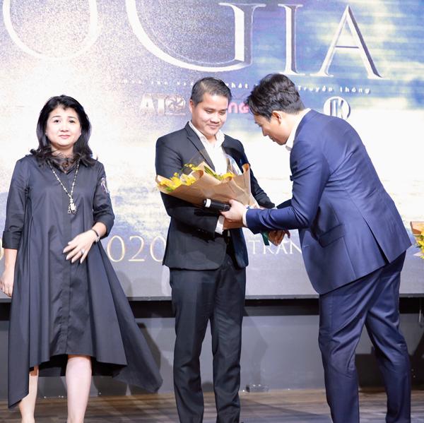 Trấn Thành tặng hoa tri ân nhà tài trợ Charme Perfume vì đã đồng hành cùng dự án phim của anh.