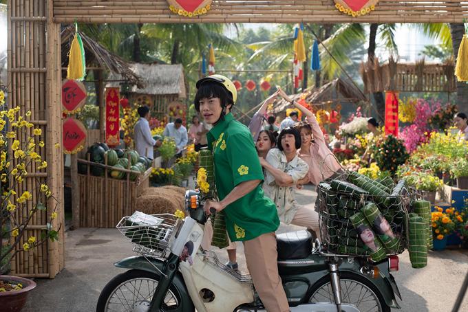 Kay Trần cùng dàn diễn viên trong MV Tết là ăn hết đùa vui, chụp ảnh trong giờ nghỉ giải lao.