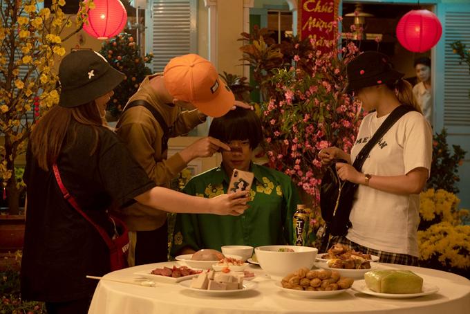 Vì thời gian quay gấp rút nên Kay Trần và ê-kíp luôn phải có mặt từ sáng sớm, make-up, chuẩn bị phục trang, diễn thử trước khi bước vào quay chính.