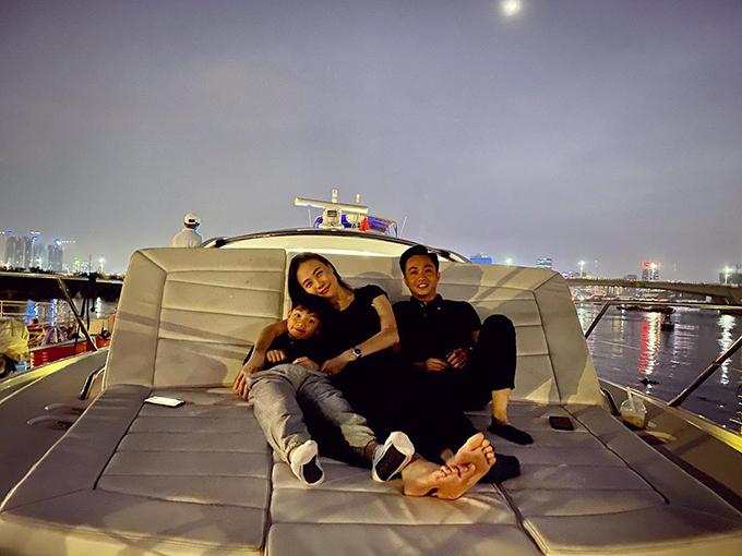 Cường Đôla hạnh phúc bên bà xã Đàm Thu Trang và con trai Subeo. Người đẹp xứ Lạng khá thân thiết với con riêng của chồng.