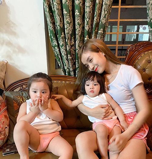 Bà xã Hoài Lâm nhắn nhủ hai con gái: Cho dù như nào thì 3 chị em mình vẫn đón nhiều năm mới cùng nhau nhé, yêu thương nhau nhiều thiệt nhiều nhé.