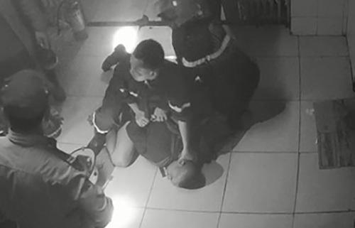 Bị can Hội lúc bị cảnh sát khống chế.