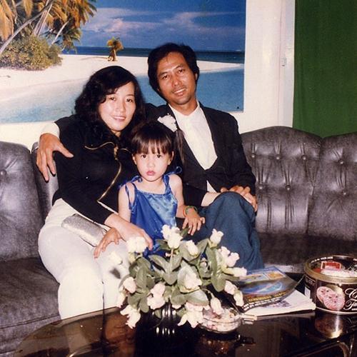 Diễm My 9X đăng ảnh thời nhỏ chụp cùng bố mẹ. Lúc này cô mới 3 tuổi.