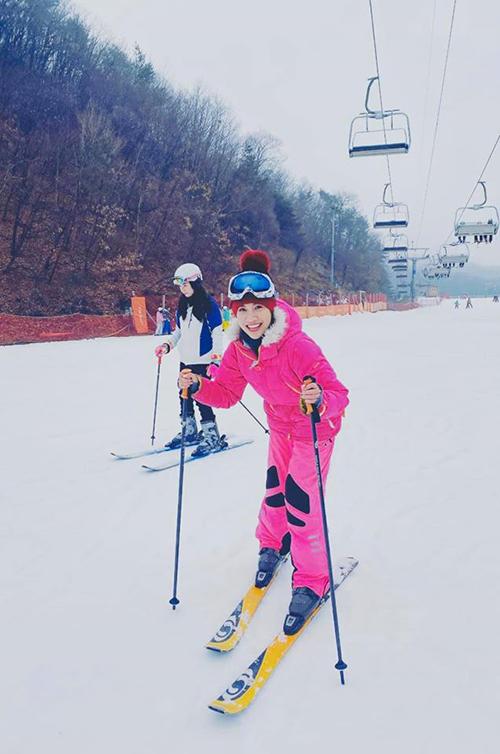 Pha Lê thích thú trượt tuyết khi du lịch ở Hàn Quốc.