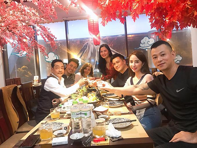 Dàn diễn viên phim Sinh tử gồm Việt Anh, Quỳnh Nga, Mạnh Trường.... tụ tập ăn uống tại một nhà hàng chúc mừng sinh nhật nghệ sĩ Hoàng Dũng.