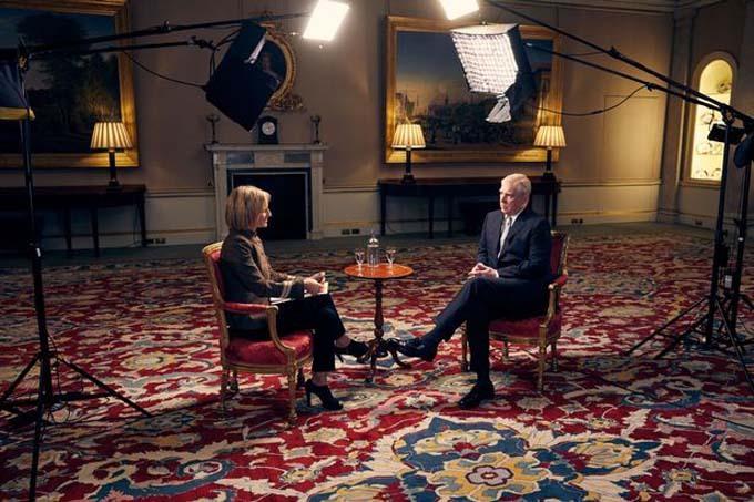 Hoàng tử Andrew trò chuyện với phóng viên Emily Matlis về lùm xùm quanh mối quan hệ của ông với tỷ phú Epstein hồi tháng 11.