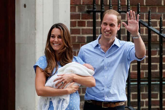Cặp vợ chồng giới thiệu con trai đầu lòng với báo giới vào tháng 7/2013. Ảnh: Reuters.