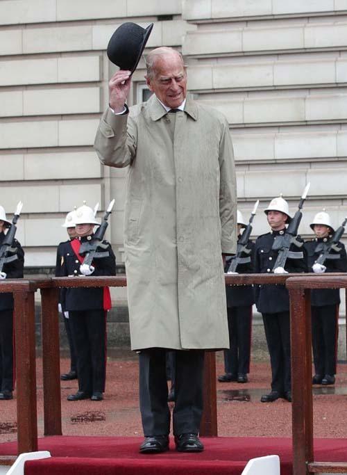 Hoàng thân Philip nhấc mũ chào trong buổi lễ diễu binh ở Buckingham Palace, sự kiện hoàng gia solo cuối cùng của ông.