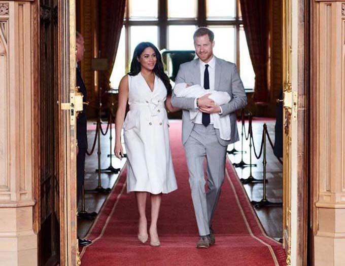 Vợ chồng Harry bế con trai khi tổ chức cuộc gặp mặt với vài đơn vị truyền thông hồi tháng 5/2019.
