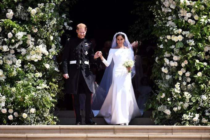 Hoàng tử Harry và vợ Mỹ Meghan Markle bước ra cổng nhà thờ St George sau khi cử hành nghi thức hôn lễ.