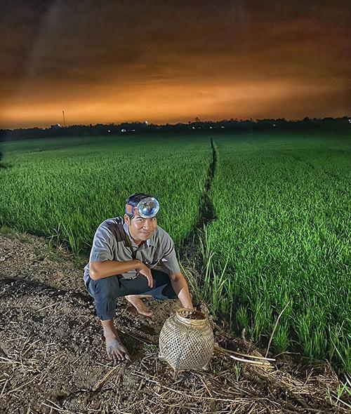 Diễn viên Thanh Bình hóa nông dân chân chất khi quay phim mới ở Tiền Giang.