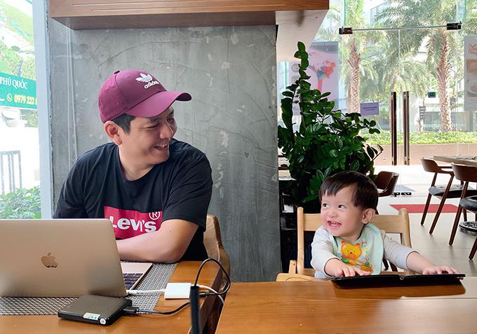 Mới tìm được một trai thư ký mới rất vui vẻ, hiệu quả. Chỉ có điều ảnh chưa nói được tiếng Việt. Còn tớ thì không giỏi ngoại ngữ nên hơi đuối chút chút, đạo diễn Đỗ Đức Thịnh chia sẻ về bức ảnh chụp cùng con trai thứ hai.