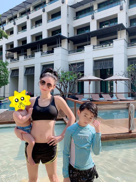 Trên trang cá nhân, Trương Bá Chi khoe ảnh cùng hai con trai đi nghỉ dưỡng. Nữ diễn viên bế bé út Marcus trên tay, trong khi Quintus đứng cạnh mẹ. Lucas không xuất hiện trong tấm ảnh.