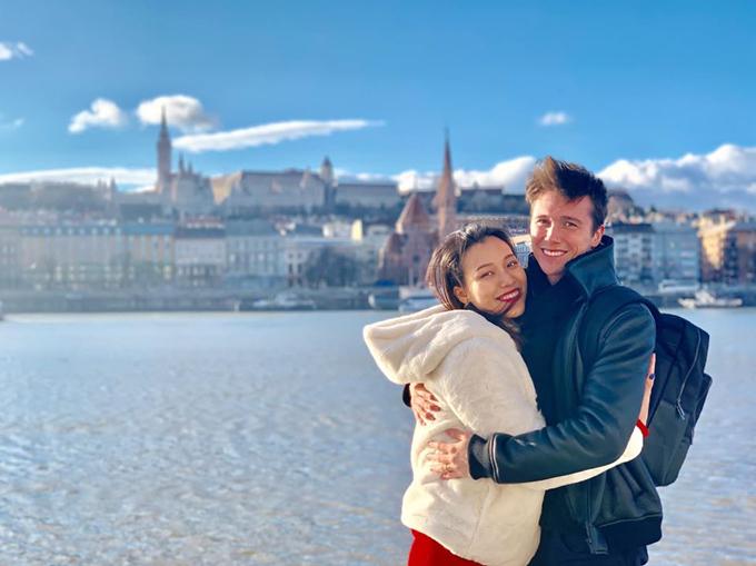 Hoàng Oanh và chồng mới cưới đang có những ngày trăng mật ở châu Âu, kết hợp đón năm mới. Người đẹp chia sẻ: Budapest ngày nắng đẹp.Thật sự bất ngờ với thành phố cổ kính xinh đẹp này, quá choáng ngợp với kiến trúc và thiên nhiên nơi đây... Dù lạnh cóng tay chân nhưng tụi mình đã cùng nhau đi bộ qua biết bao nhiêu con đường tuyệt vời.