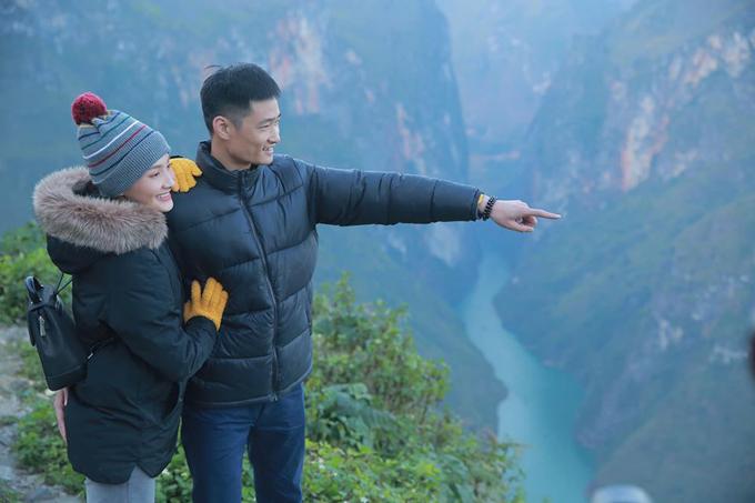 Vợ chồng Bảo Thanh tạo dáng style ảnh cưới những năm 1990 trên đỉnh đèo Mã Pí Lèng (Hà Giang).