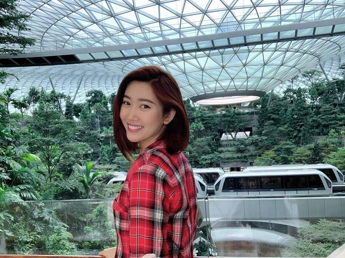 Đầu tháng, Thúy Ngân xõa hết mình ở Bali (Indonesia). Tới dịp Noel, người đẹp lại có chuyến đi ngắn ngày đến đảo quốc Singapore. Nữ diễn viên tạo dáng trước thác nước nhân tạo trong nhà nổi tiếng ở sân bay Jewel Changi.