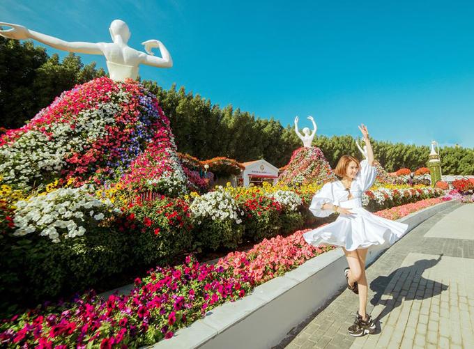 Ngọc Trinh đang có kỳ nghỉ đón năm mới ở Dubai, UAE. Thời điểm này thời tiết ở Các tiểu vương quốc Ả rập thống nhất khá đẹp, trời xanh nắng vàng nên người đẹp có một chuyến đi như ỹ. Cô trải nghiệm dịch vụ ăn tối lơ lửng trên không trung và tham quan vườn hoa khổng lồ Dubai Mall Garden.