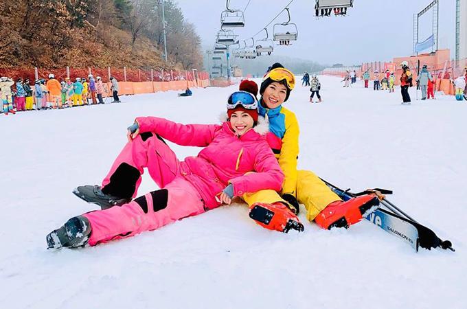 Pha Lê hưởng không khí lạnh ở Hàn Quốc, lần đầu trải nghiệm môn thể thao trượt tuyết ở khu resortJisan Forest. Cô chia sẻ, đây là lần đầu tiên mình đi tour nhưng bất ngờ vì được ăn ngon, mặc đẹp, ngủ sung sướng trong khách sạn 5 sao mà giá mềm mại. Ngoài ra, nữ ca sĩ được học cách làm kim chi và dạo chơi trong khu Lotte World.