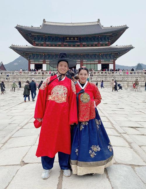 Vợ chồng hậu vệ Bùi Tiến Dũng trốn con hâm nóng tình cảm ở Hàn Quốc. Đây là lần đầu tiên hai vợ chồng xuất ngoại sau khi về chung một nhà. Chàng hậu vệ số 4 cùng vợ diện hanbok, tận hưởng ngày tuyết rơi và ăn thịt nướng bukgogi.
