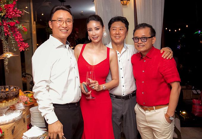 Hà Kiều Anh cùng ông xã đại gia (ngoài cùng bên trái) mở tiệc hoành tráng tiễn năm 2019, đón năm mới 2020.