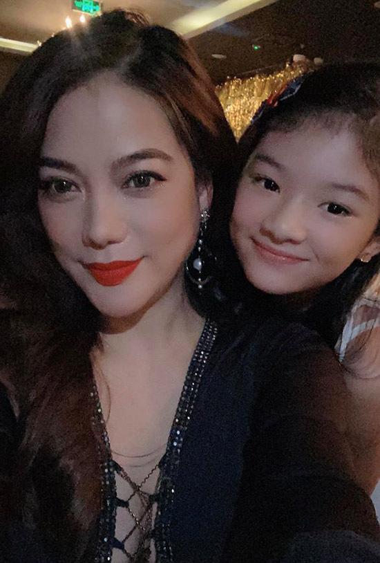 Trương Ngọc Ánh đón giao thừa cùng bé Bảo Tiên ở một nhà hàng tại trung tâm Sài Gòn. Cô chúc mọi người năm 2020 nhiều sức khoẻ, hạnh phúc và thành công.