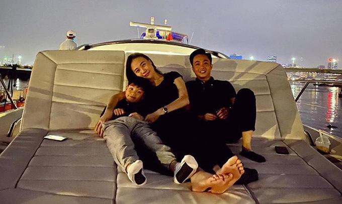 Vợ chồng Cường Đô La - Đàm Thu Trang đưa bé Subeo đi chơi du thuyền, đón năm mới trên sông Sài Gòn. Kỷ niệm năm 2020 bên nhau mãi mãi, Đàm Thu Trang viết trên trang cá nhân.